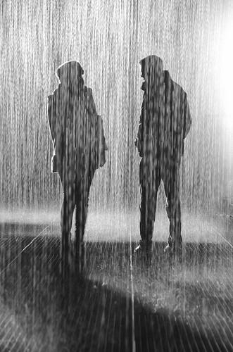 он и она под дождем