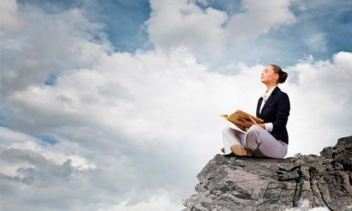 девушка читает книгу на фоне неба