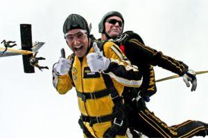два человека прыгают с парашютом