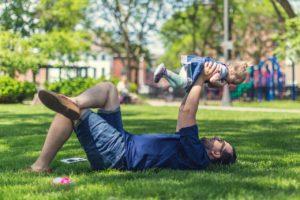 отец играет с сыном