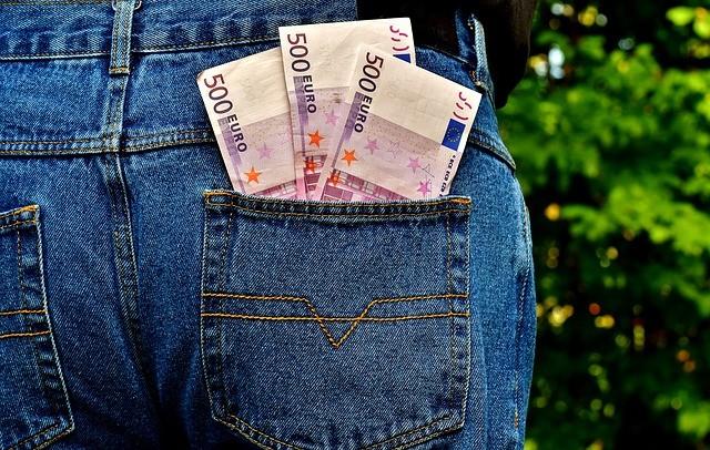 деньги в кармане брюк