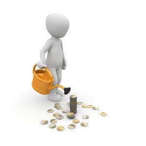 человек поливает монеты