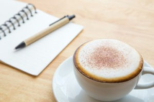 чашка кофе и ручка