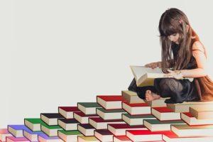девочка увлечена чтением книг