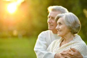 пожилые мужчина и женщина обнимаются