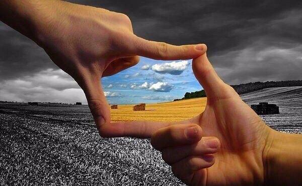 руки человека образуют квадрат