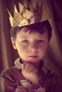 мальчик с короной на голове