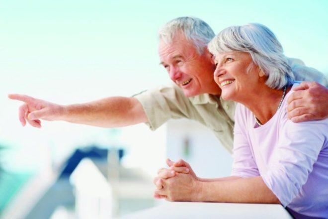 пожилые мужчина и женщина радуются