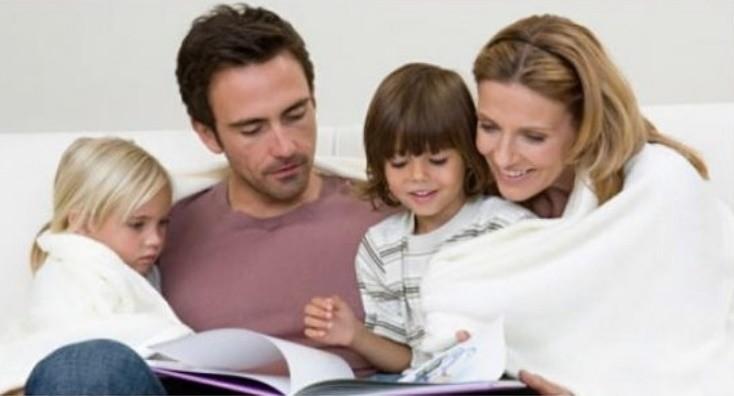 Семья вместе читают книгу