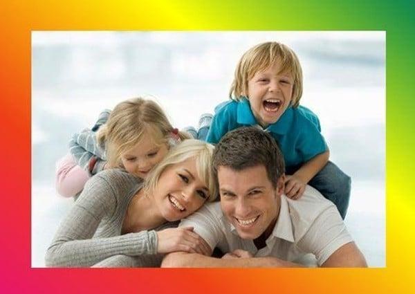 папа, мама. сын и дочь радуются
