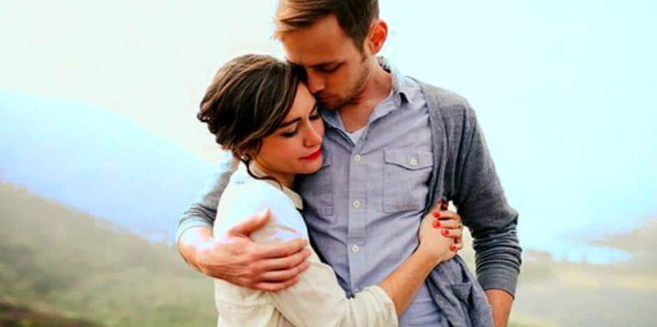 Мужчина и женщина обнимаются после расставания