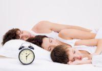мужчина, женщина и ребёнок спят