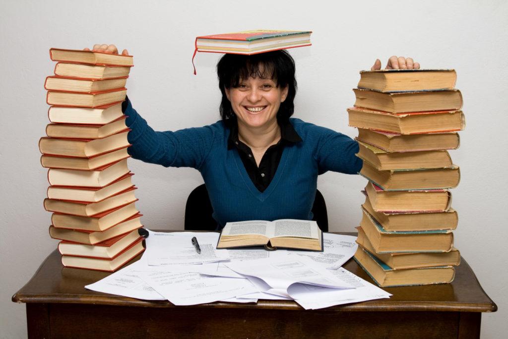 девушка читает много книг