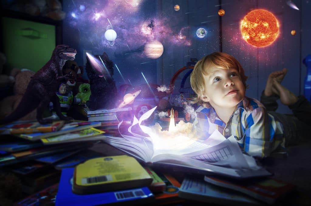 мальчик мечтает и фантазирует
