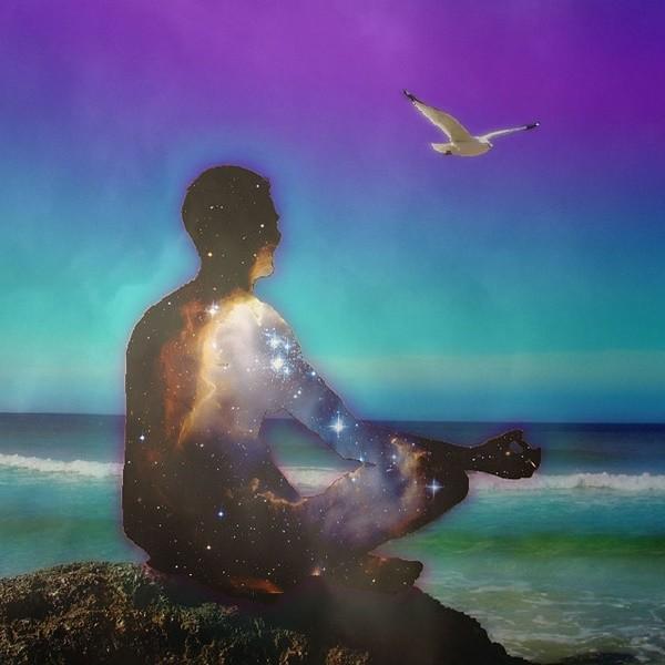 человек размышляет о духовном на берегу