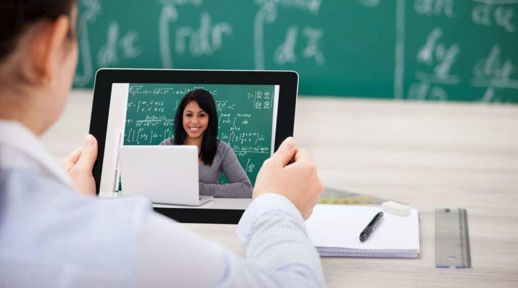 Ученик слушает учителя