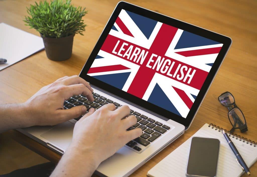 на экране английский флаг
