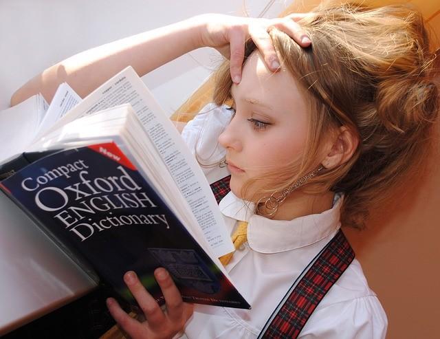 девочка изучает словарь