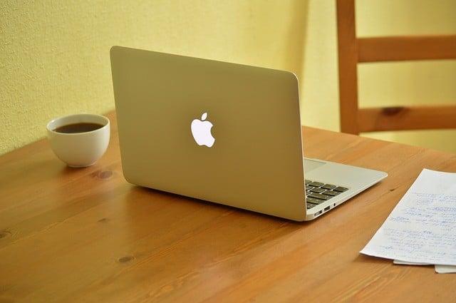 компьютер и чашка на столе