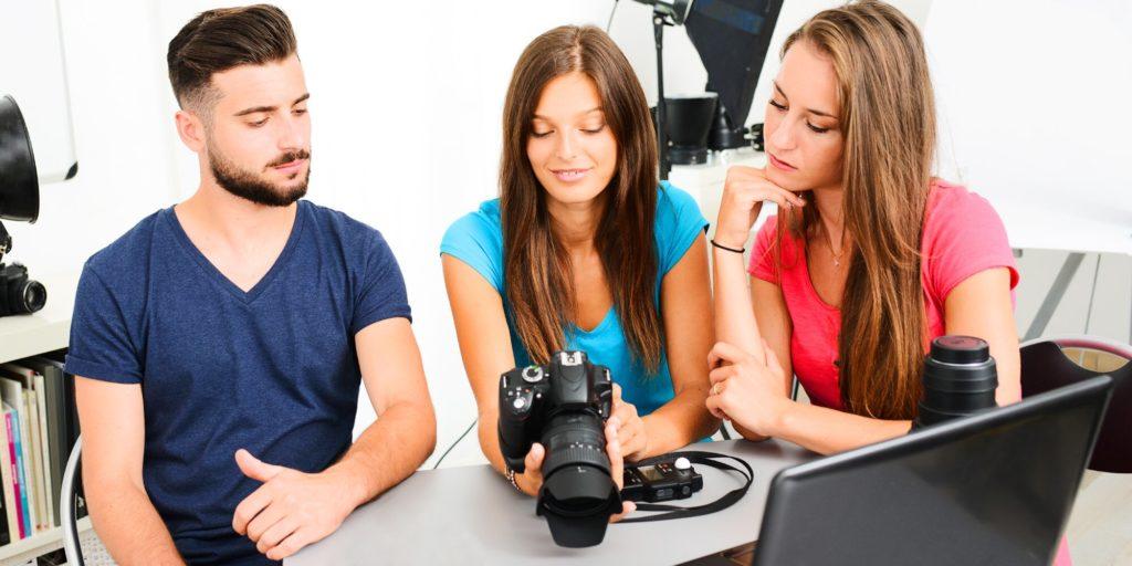 три человека изучают фотоопарат