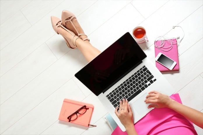 женщина смотрит в компьютер