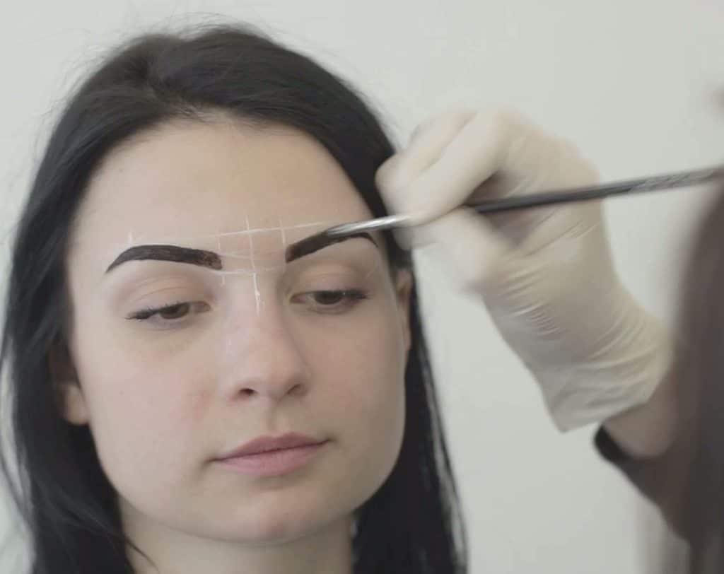 бровист моделирует брови